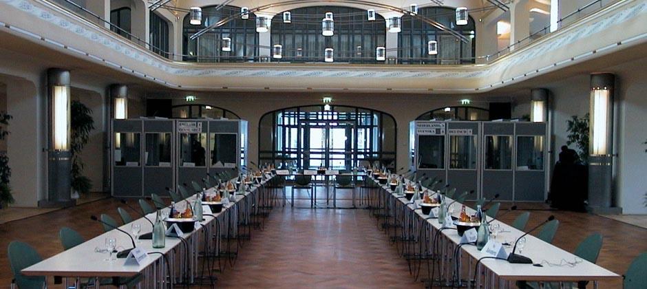 Vermietung von Konferenztechnik und Dolmetscherkabinen.