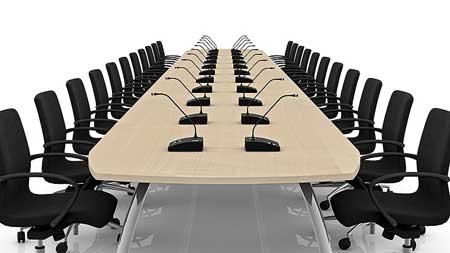 Ein Meetingtisch, mit Tischsprechstellen (Diskussionsanlage)